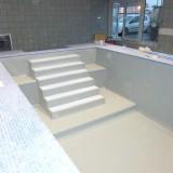 Escalier liner gris, marches en blanc